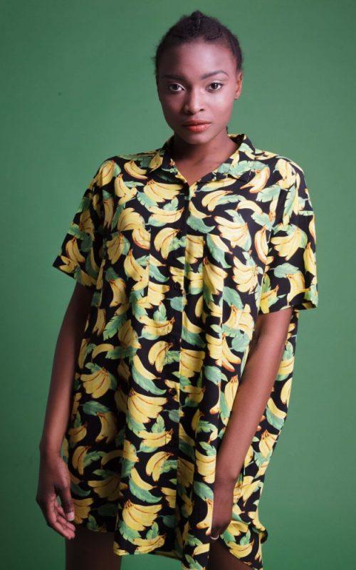 Vestido camisa Calypso #20 de corte amplio y cierre frontal con botones. Tela suave y de fácil planchado. Bajo asimétrico con aberturas laterales. Más Masala