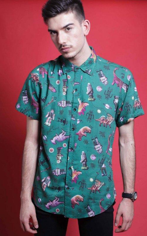 La Camisa Freak es de manga corta y corte recto. Tejido fluido, de tacto suave y fácil planchado. Más Masala