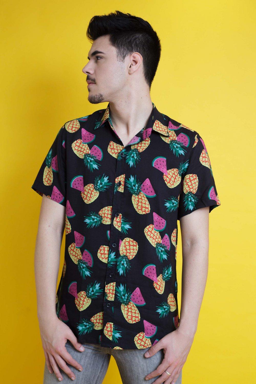 La Camisa Fruitis 2 es de manga corta y corte recto. Tejido fluido, de tacto suave y fácil planchado. Más Masala