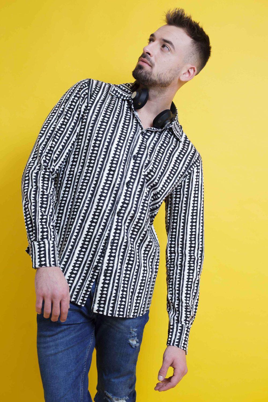 La Camisa Soda es de manga larga y corte recto. Tejido fluido, de tacto suave y fácil planchado. Más Masala