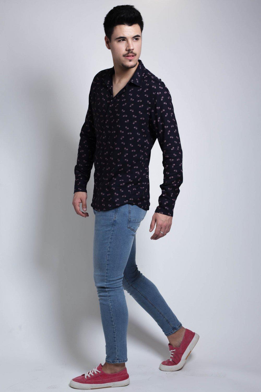 La Camisa Bicis es de manga larga y corte recto. Tejido fluido, de tacto suave y fácil planchado. Más Masala
